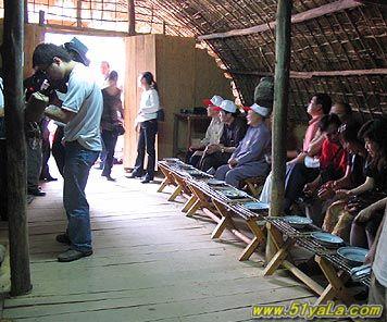 海南黎族船形屋和竹竿舞